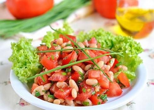 Салат с помидорами и фасолью.
