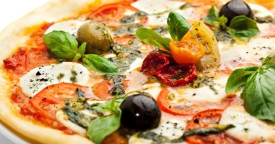 Пицца с копченостями и грибами.
