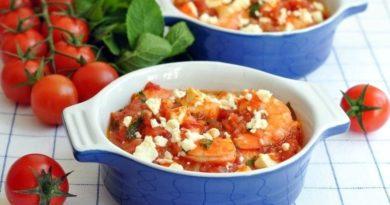 Креветки, зaпеченные с помидорами и фeтой.
