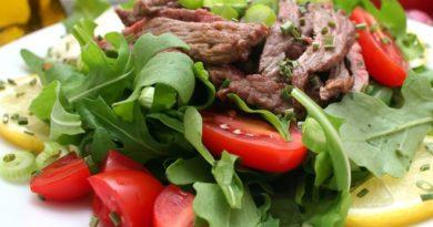 Теплый салат с телятиной и горчицей.