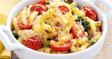 Вкусные макароны с сыром и помидорами.