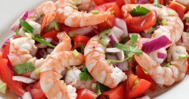Салат с креветками, помидорами и пармезаном