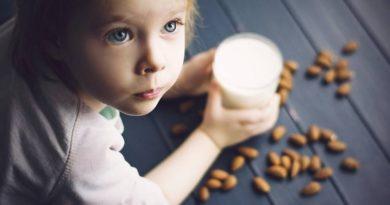 Безопасно ли детям пить миндальное молоко?
