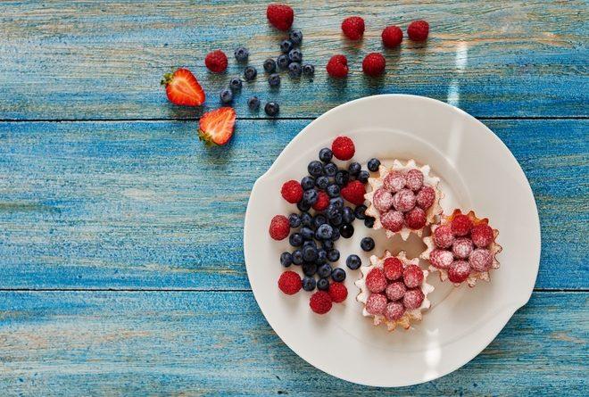 Тарталетки с йогуртом и ягодами: рецепт