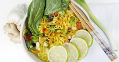 Суп с лапшой, овощами и карри