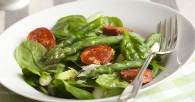 Салат со спаржей, беконом и розмарином