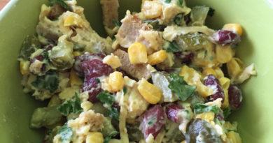 Лёгкий салат с курицей, фасолью и сыром