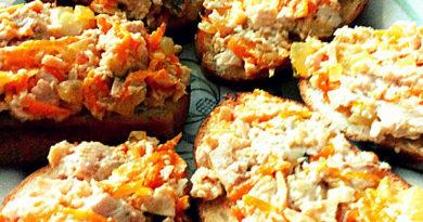Гренки с печенью трески, морковью и луком