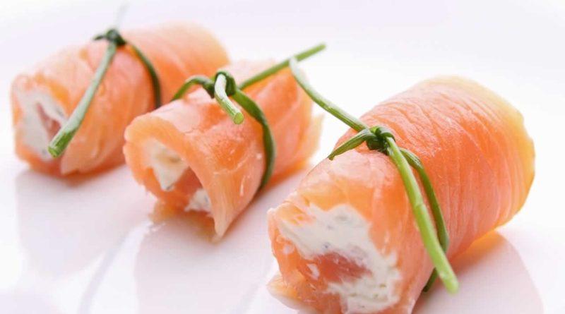 Рулет из копченого лосося с творожным сыром