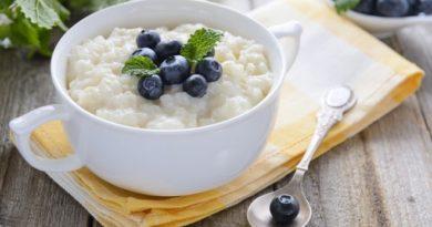 Рисовая каша на топленом молоке с курагой и изюмом