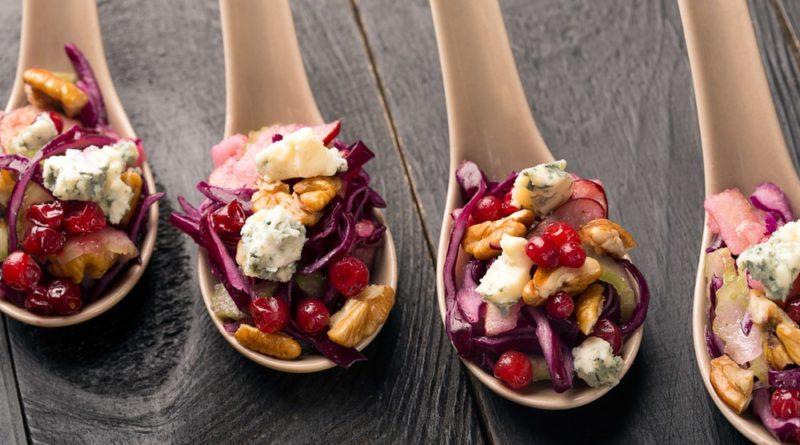 Теплый салат с красной капустой и орешками