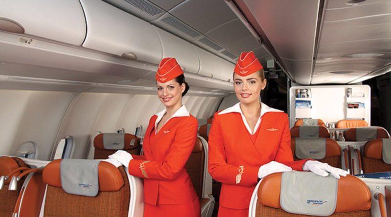 Почему стюардесса прячет руки за спину, когда встречает пассажиров?