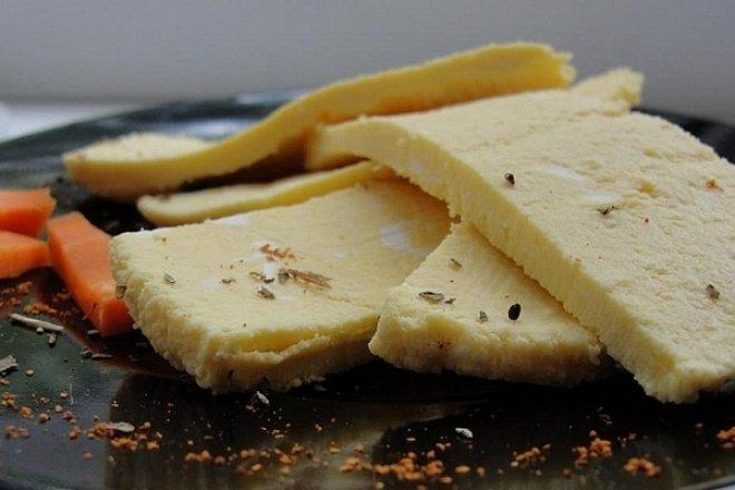 Творожный сыр из кефира и паприки
