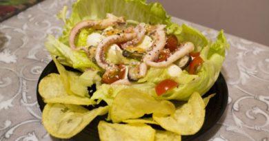 Салат из кальмаров и мидий с чипсами и сыром моцарелла