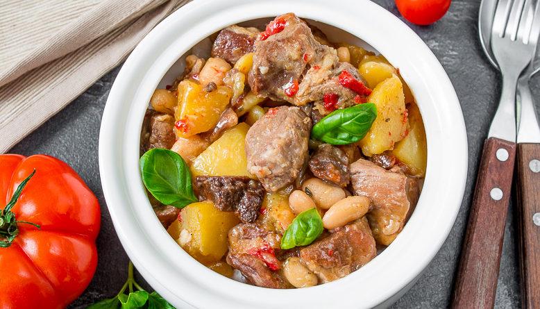 Свинина в вине с овощами и белой фасолью