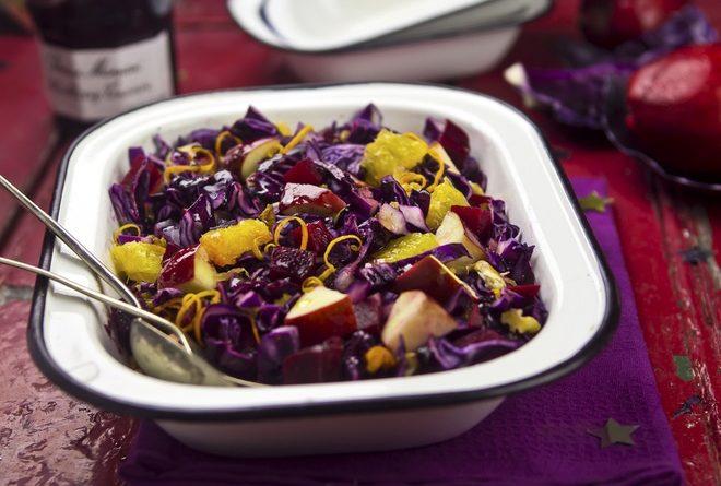 Салат из красной капусты с грушами и корицей