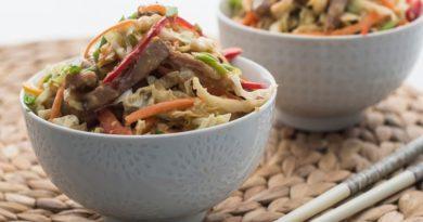 Салат из овощей и запеченной свинины