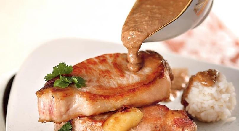 Свинина с бананом и арахисовым соусом