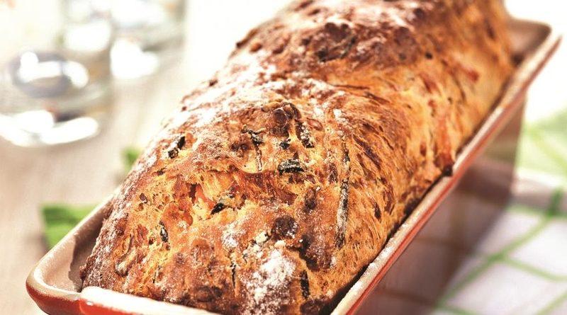 Хлеб, испеченный с ветчиной и сыром