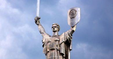 Соловьев оценил неспособность властей Украины снять герб СССР с монумента «Родина-мать»