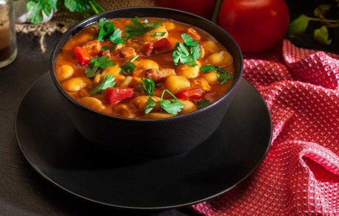 Густой суп с копченостями и фасолью