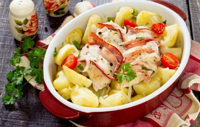 Запеченное филе с беконом и картофелем