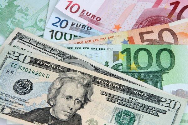 За 2019 год евро подешевел к доллару на 3%