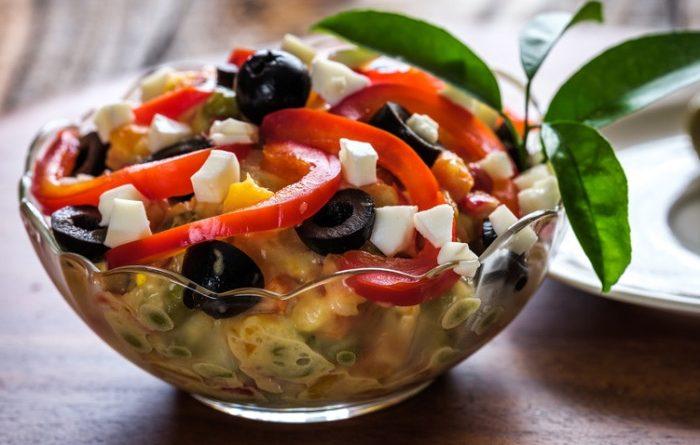 Салат с ветчиной, оливками и солеными огурцами