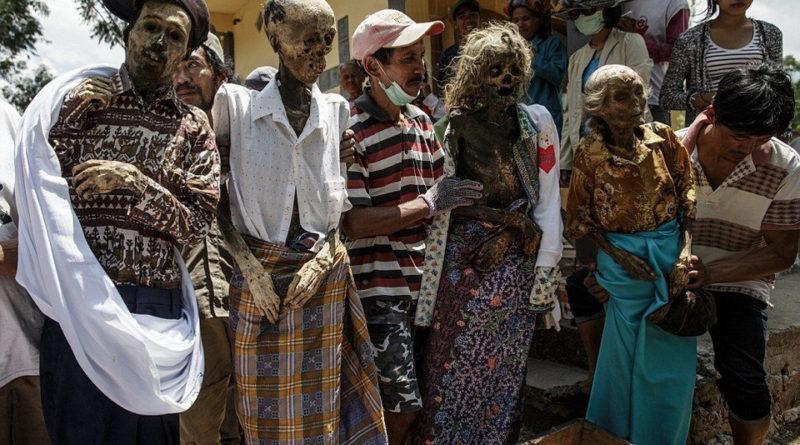Традиция в Индонезии: выкопать родственника, переодеть и сфотографироваться