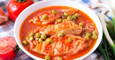 Тушеное куриное филе в томате