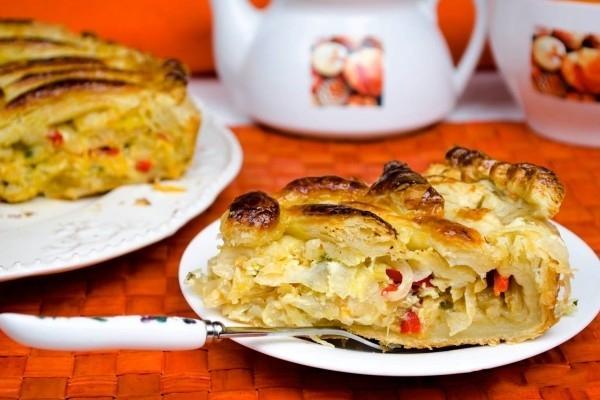 Пирог с квашеной капустой из слоеного теста