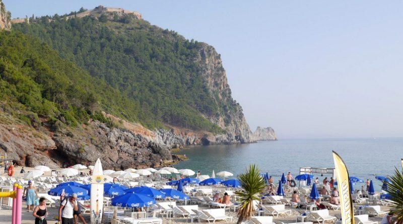 Алания — один из наиболее востребованных курортов Турции, где путешественник встречает отличное сочетание природных ландшафтов, исторических объектов и грамотно налаженной туристической инфраструктуры. Местному разнообразию отелей, развлечений и ресторанов могут позавидовать многие курортные города.
