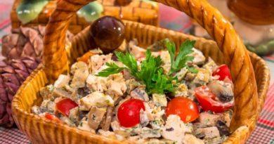 Салат с запеченным куриным филе, блинчиками и грибами