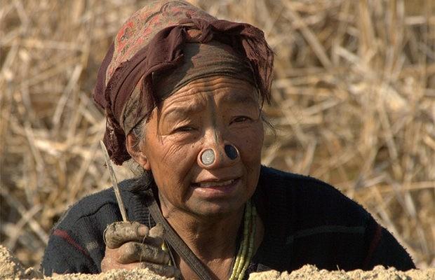 Старинная традиция: носовые втулки у женщин народа апатани