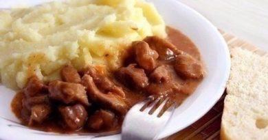 Мясной гуляш с подливкой и картофельным пюре, как в садике