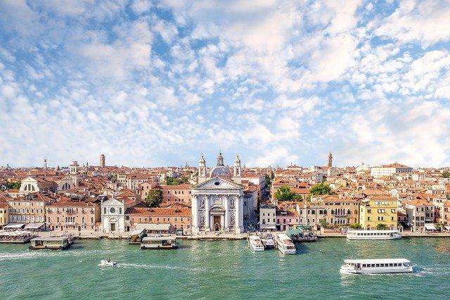 В каналах Венеции вместо туристов плавают лебеди и дельфины