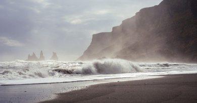 Греция и Испания открывают пляжи