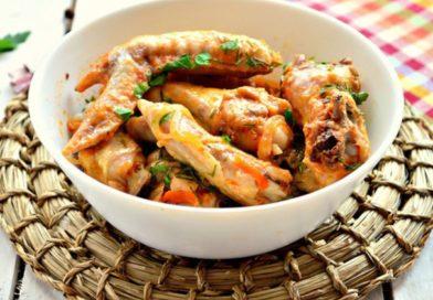 Куриные крылышки на сковороде в томатном соусе