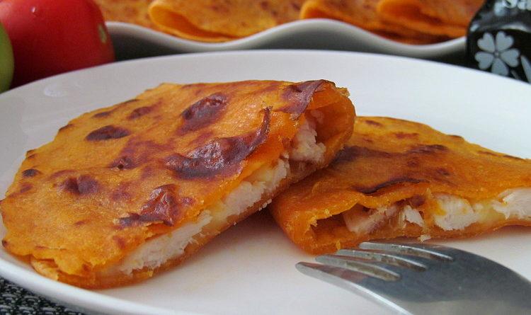Томатные лепешки с копчёной курицей и сыром