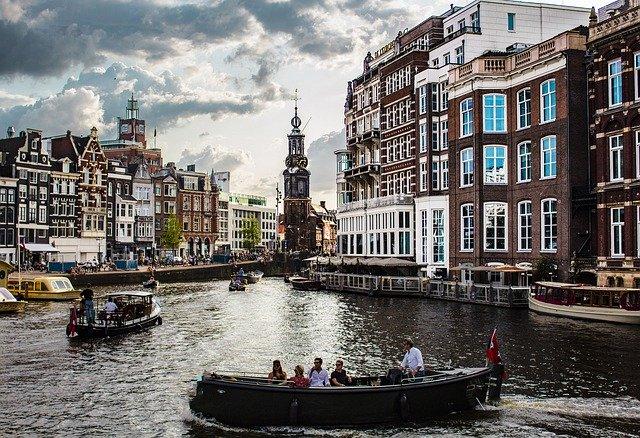 Амстердам: местные жители требуют ограничить число туристов