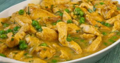 Курица карри с зеленым горошком и кинзой