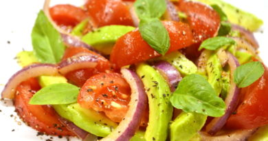 Овощной салат с авокадо и базиликом