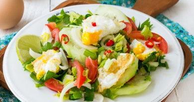 Овощной салат с жареными яйцами