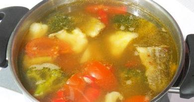 Рыбный суп с брокколи и цветной капустой