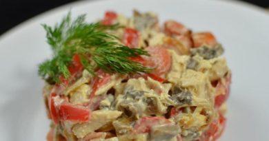 Салат (с курицей и маринованными грибами)