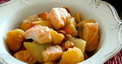 Тушеная картошка с лососем