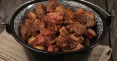Тушеная свинина с копчеными колбасками