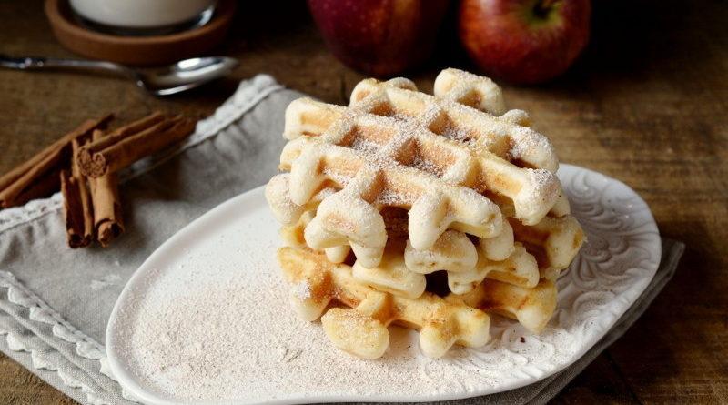 Вафли с яблоками и корицей