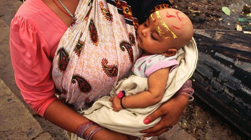 Зачем детей в Индии сбрасывают с 15-метровой высоты. Жестокая традиция...