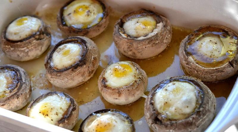 Запеченные шампиньоны с перепелиными яйцами